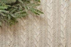 Weihnachtsdekorationsrahmen mit gestricktem Wollhintergrund und -tanne Stockfoto