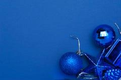 Weihnachtsdekorationsspielwaren auf blauem Hintergrund Stockbilder