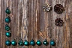 Weihnachtsdekorationsverzierung Abstraktes Hintergrundmuster der weißen Sterne auf dunkelroter Auslegung Lizenzfreie Stockbilder