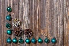 Weihnachtsdekorationsverzierung Abstraktes Hintergrundmuster der weißen Sterne auf dunkelroter Auslegung Lizenzfreies Stockbild