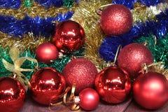 Weihnachtsdekorationsweiß Rote und goldene Geschenkboxen mit drei Ball, Blumenverzierung Beschneidungspfad eingeschlossen Quadrat Stockbilder