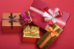 Weihnachtsdekorationsweiß Rote und goldene Geschenkboxen mit drei Ball, Blumenverzierung Beschneidungspfad eingeschlossen quadrat Lizenzfreie Stockfotos