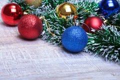 Weihnachtsdekorationsweiß Rote und goldene Geschenkboxen mit drei Ball, Blumenverzierung Beschneidungspfad eingeschlossen quadrat Lizenzfreie Stockfotografie