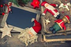 Weihnachtsdekorationsweinlesespielwaren und -bücher Stockbild