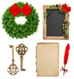 Weihnachtsdekorationswerkzeuge und immergrünes Kranzespritrotband Stockfotos