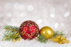 Weihnachtsdekorationszusammensetzung über astract beleuchtet Hintergrund Stockfoto