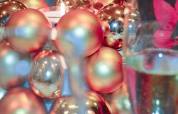 Weihnachtsdekorative Kerze und -champagner stockfotos