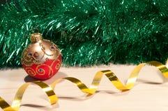 Weihnachtsdekorative Kugel auf einem Holz Lizenzfreie Stockfotos