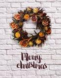 Weihnachtsdekorativer Kranz auf der Wand stockfoto