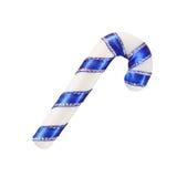 Weihnachtsdekorativer Stock mit einem blauen Band lokalisiert auf Weiß mit Beschneidungspfad Lizenzfreies Stockfoto