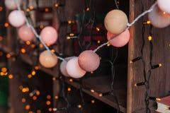 Weihnachtsdekorgirlande auf hölzernen shelaves mit Büchern Jahr 2009 Lizenzfreies Stockfoto
