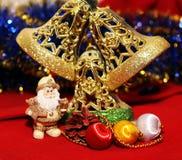 Weihnachtsdesign auf dem roten Hintergrund Stockfoto