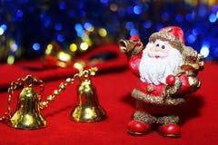 Weihnachtsdesign auf dem roten Hintergrund Stockfotos