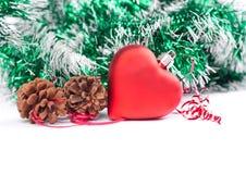 Weihnachtsdesign tempkate mit rotem Spielzeugherzen und grüner Weihnachtsdekoration Lizenzfreie Stockfotografie