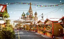 Weihnachtsdorf angemessen auf Rotem Platz in Moskau, Russland lizenzfreie stockfotos