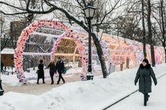 Weihnachtsdorf angemessen auf Tverskaya-Straße im Moskau Lizenzfreie Stockfotos