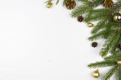 Weihnachtsebenenlage redete Szene mit den immergrünen Baumzweigen, den Weihnachtsdekorationen und Kopienraum an Lizenzfreies Stockfoto