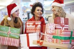 Weihnachtseinkaufen mit Freunden lizenzfreie stockbilder