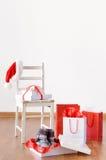 Weihnachtseinkaufen mit Taschen, Geschenken, Geschenkboxen und Sankt-Hut Stockbilder