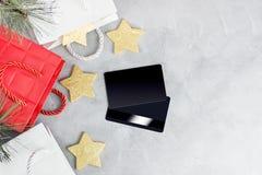 Weihnachtseinkaufshintergrund: rote und weiße Papiertüten und Kreditkarten Neues Jahr Lizenzfreie Stockfotografie