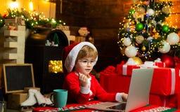 Weihnachtseinkaufskonzept : Kleines Genie E r lizenzfreies stockfoto