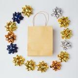 Weihnachtseinkaufstasche mit Bögen und Sternen auf weißem Hintergrund Stockfoto