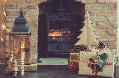 Weihnachtseinstellung, Laterne, verzierte Kamin, Pelzbaum Lizenzfreie Stockfotos