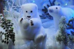 Weihnachtseisbären spielt im Schnee mit Lichtern Stockfotografie