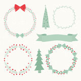 Weihnachtselemente, -Kranz, -bäume und -bänder Stockbilder