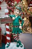 Weihnachtselfe und Nordwerbepylon Stockfoto