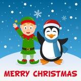 Weihnachtselfe und -Pinguin auf dem Schnee Stockfotos