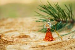 Weihnachtsengel machte fromfrom Glas mit einer Niederlassung der natürlichen Kiefer auf hölzernem Hintergrund, Feiertagsdekoratio Stockfotografie