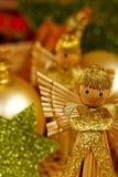 Weihnachtsengel mit grünen Sternen lizenzfreie stockfotografie