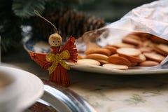 Weihnachtsengel und -kekse lizenzfreie stockbilder