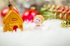 Weihnachtsengel und Weihnachtsspielwaren auf dem Weiß stockfoto
