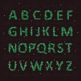 Weihnachtsenglisches Alphabet in Form von Nadeln eines Weihnachtsbaums mit Spielwaren Lizenzfreie Stockfotos