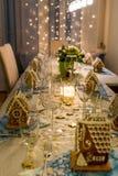 Weihnachtsessen-Tabelle mit Lebkuchen-Haus-Platz-Karten Stockbild
