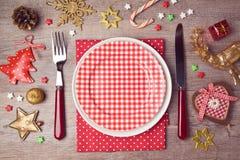 Weihnachtsessenplatteneinstellung mit rustikalen Dekorationen Ansicht von oben lizenzfreies stockbild