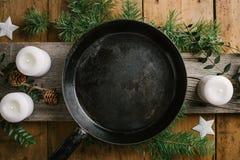 Weihnachtsessentabelle mit der leeren Wanne bereit gedient zu werden lizenzfreie stockfotos
