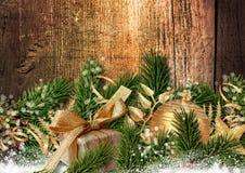 Weihnachtsfabelhafte Dekoration auf hölzernem Hintergrund des Schmutzes Stockfotos