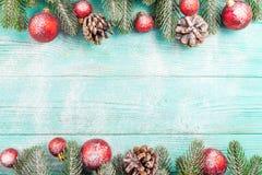 Weihnachtsfahne mit grünen Baum-, Roten und weißenhandgemachten Filzdekorationen auf weißem hölzernem strukturiertem Hintergrund Lizenzfreie Stockbilder