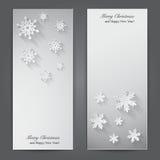 Weihnachtsfahnen mit Papierschneeflocken. Stockfotos