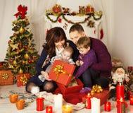 Weihnachtsfamilien-offene anwesende Geschenkbox, Mutter-Vater Baby Child Lizenzfreie Stockbilder