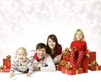 Weihnachtsfamilien-Porträt, Kind und Baby mit neues Jahr-Geschenk Stockfotografie