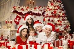 Weihnachtsfamilien-Porträt-Raum-Innenraum, Weihnachtsbaum-Geschenk-Geschenk stockfotos