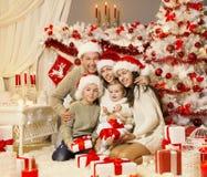 Weihnachtsfamilien-Porträt, Weihnachtsbaum stellt Geschenke, Feiertags-Feier dar lizenzfreie stockfotografie