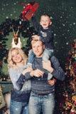 Weihnachtsfamilienfoto, Vati, Sohn und Mutter lizenzfreie stockfotografie