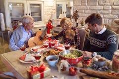 Weihnachtsfamilienporträt - Familie mit dem Lied feiern Weihnachten lizenzfreies stockbild