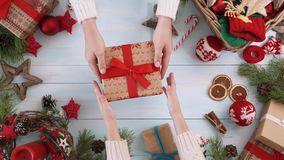 Weihnachtsfamilientraditionen stock video footage