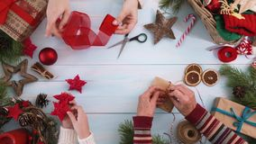 Weihnachtsfamilientraditionen stock video